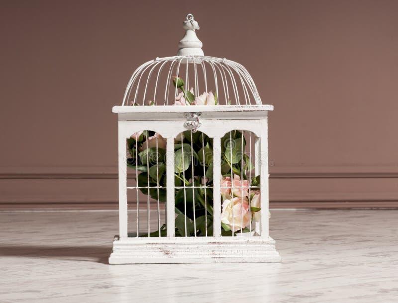 Gabbia di legno bianca con i fiori per la decorazione fotografia stock libera da diritti