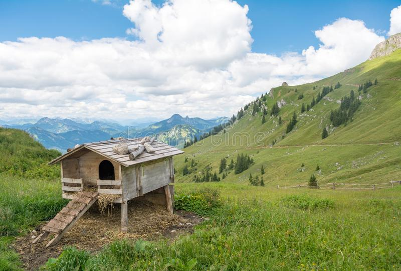 Gabbia di pollo di legno vicino alla cima della montagna di Rotwand, Baviera, Germania fotografie stock libere da diritti