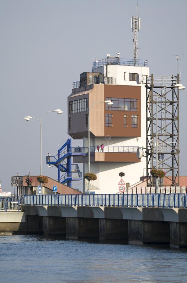 GABCIKOVO, ESLOVAQUIA - 1 DE NOVIEMBRE DE 2013: Torre de control de las presas de Gabcikovo en el río Danubio con los turistas en imagen de archivo
