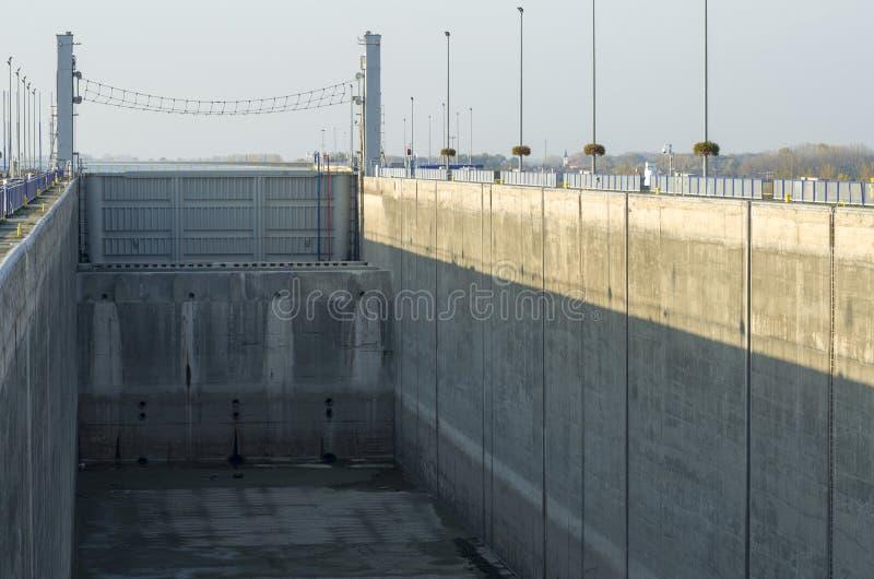 GABCIKOVO, ESLOVAQUIA - 1 DE NOVIEMBRE DE 2013: Uno de los shiplocks de las presas de Gabcikovo en el río Danubio se secó para el foto de archivo