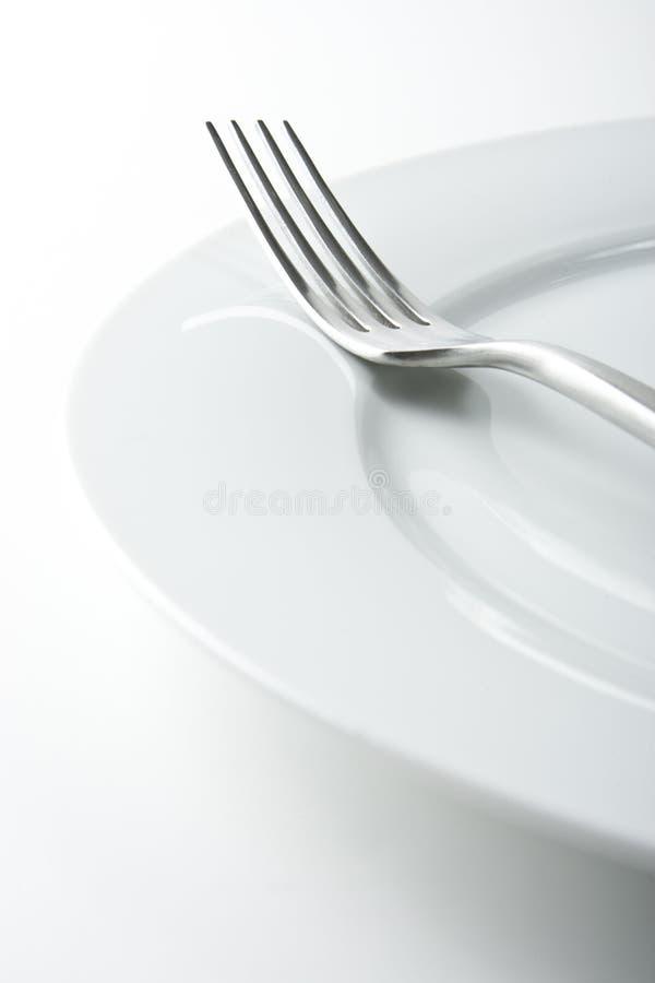 Gabel auf weißer Platte lizenzfreie stockfotografie