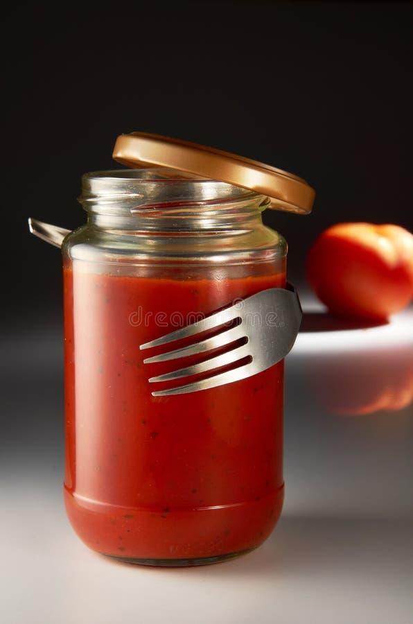 Gabel, die Tomatensauce umarmt lizenzfreie stockbilder