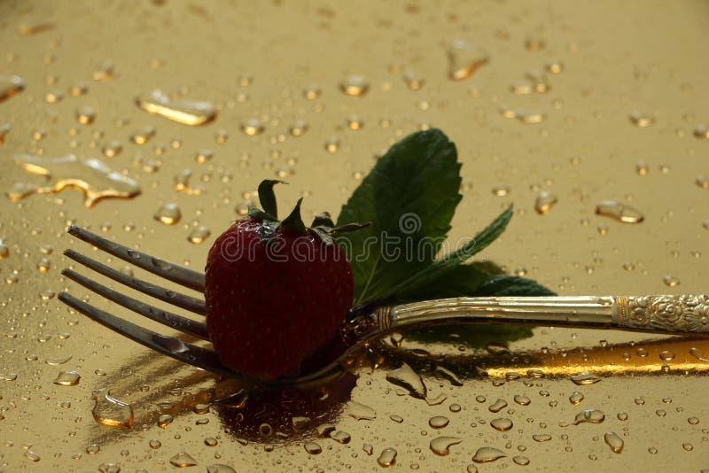 Gabel, Erdbeere und Minze stockbilder