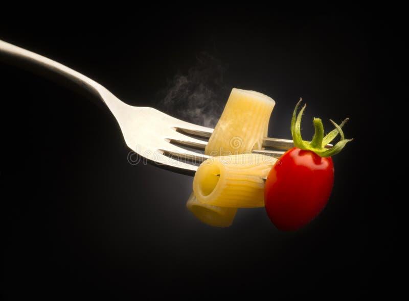 Gabel mit Makkaroni- und Tomatenkirsche stockfotos