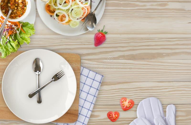 Gabel mit Messer als den Uhrhänden Konzeptzeit zu essen und zu heilen stockfotografie