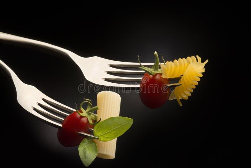 Gabeln mit Teigwaren und Tomate lizenzfreies stockbild