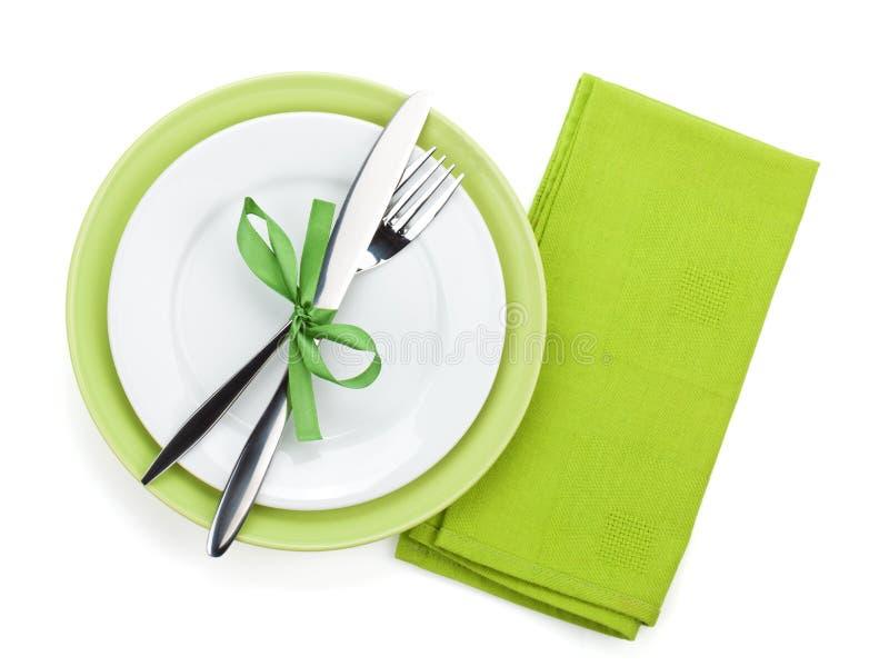 Gabeln Sie mit Messer über Tuch und leeren Platten lizenzfreies stockfoto