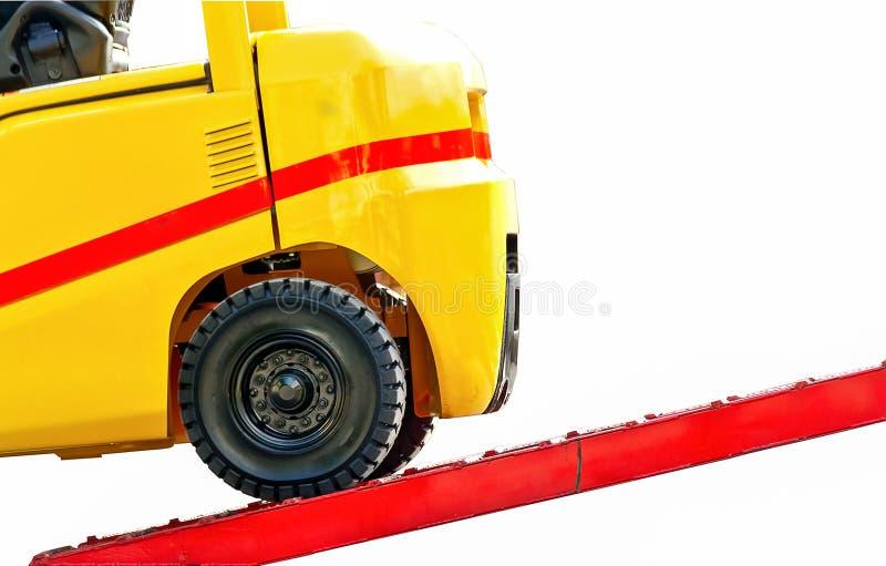 Gabelstapler auf Verladedockabschluß oben lokalisiert auf weißem Hintergrund stockfotografie