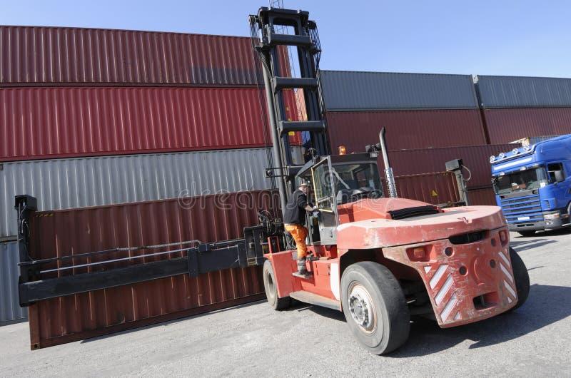 Gabelstapler, Behälter und LKW stockfotos