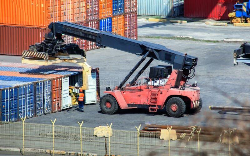 Gabelstapler belädt hölzernen Behälter des Geschäfts an den Containerbahnhöfen stockfoto