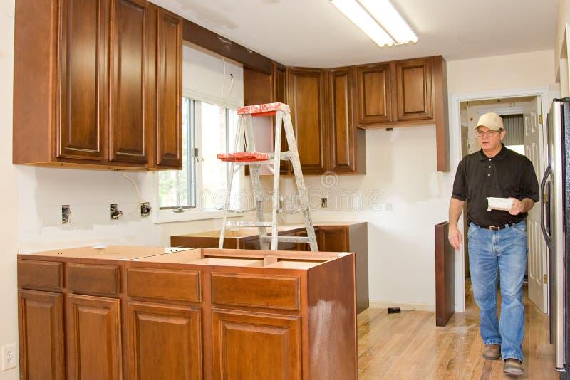 gabinetów domowego ulepszenia kuchnia przemodelowywa obraz royalty free