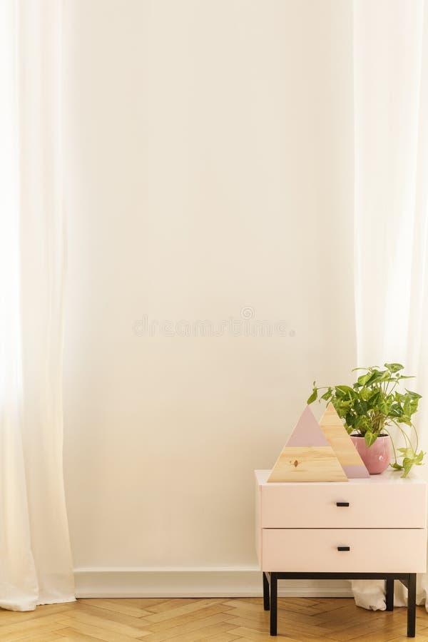 Gabinet w białym minimalnym mieszkania wnętrzu z kopii przestrzenią na pustej ścianie Istna fotografia zdjęcia stock