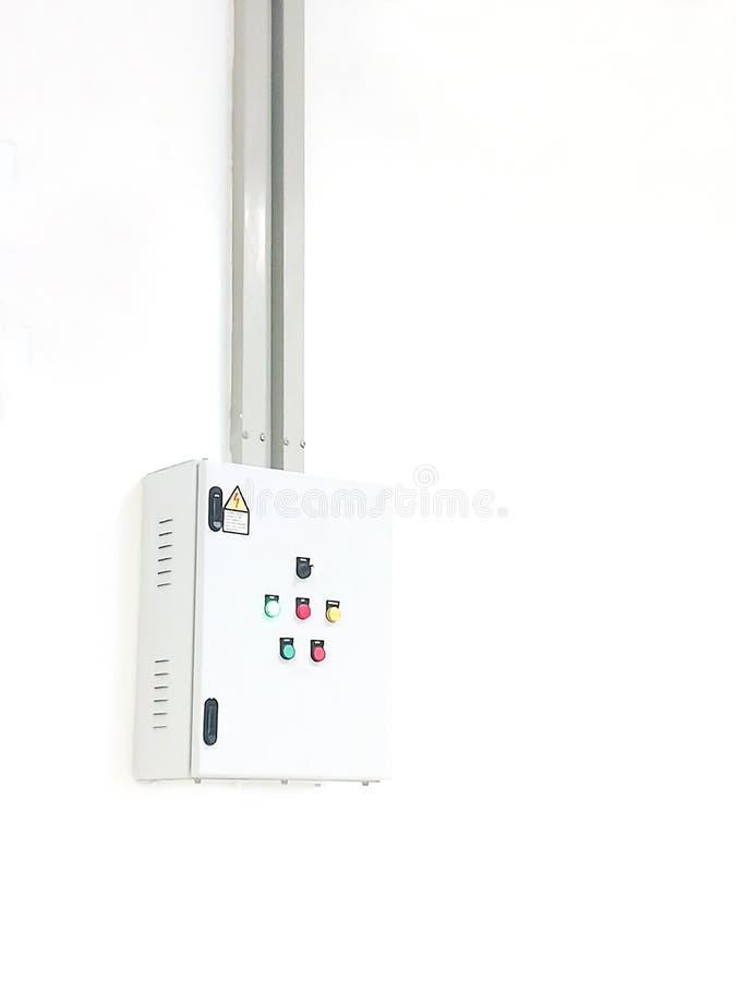 Gabinete de control eléctrico en el fondo blanco imágenes de archivo libres de regalías