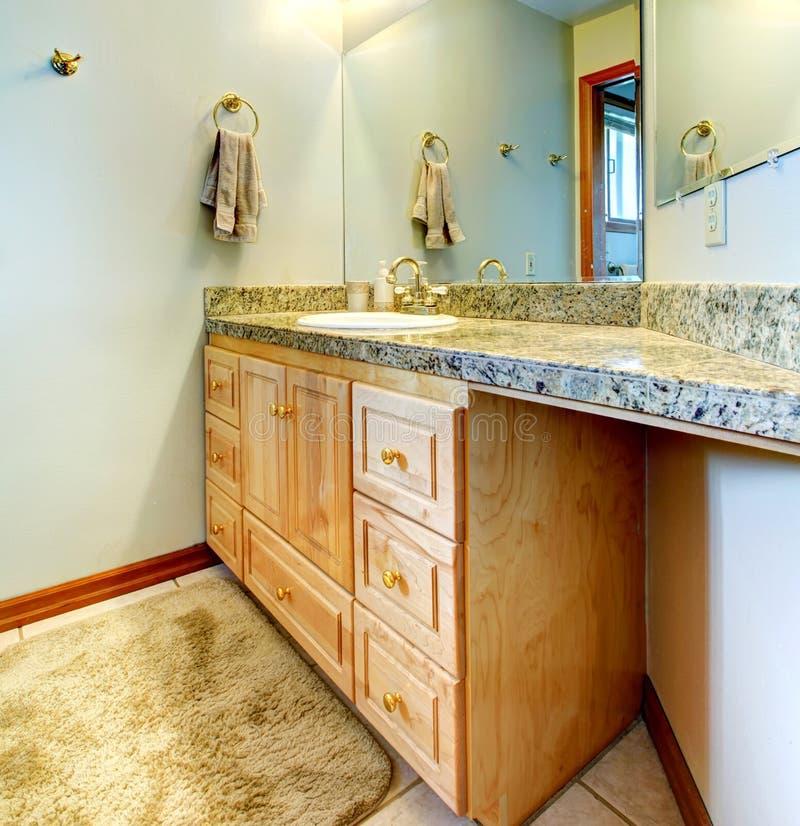 Gabinete de la vanidad del cuarto de baño con el espejo imagen de archivo