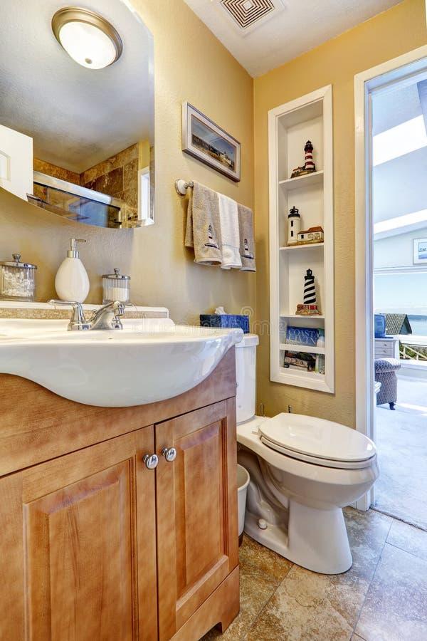 Gabinete de la vanidad del cuarto de baño con el espejo foto de archivo