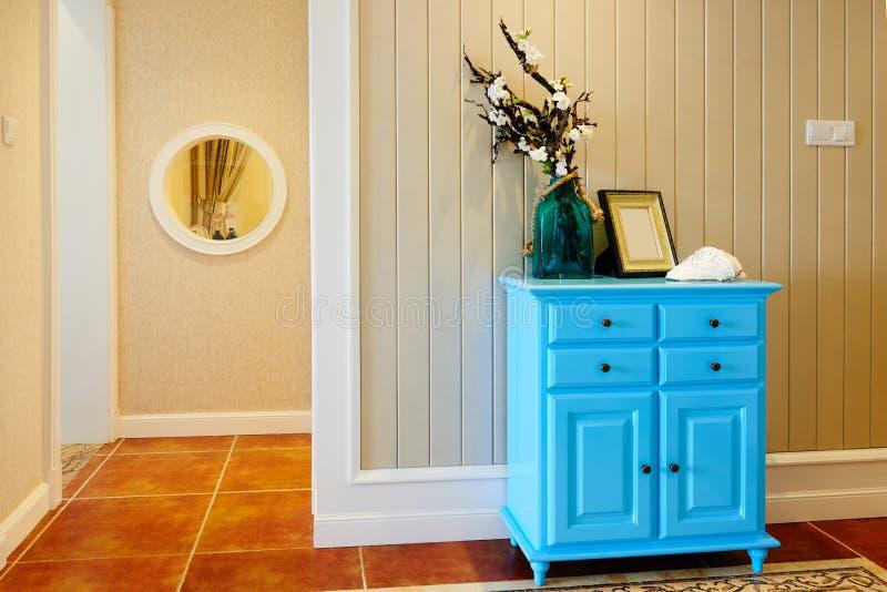 Gabinete de madera azul fotos de archivo