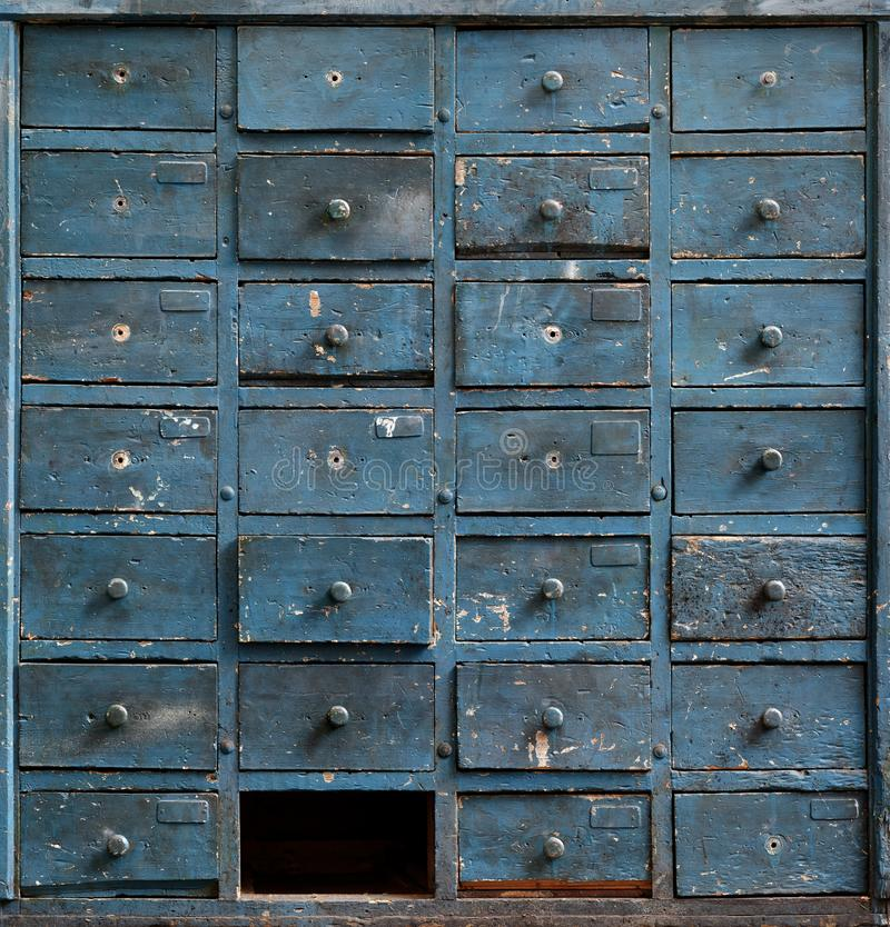 Gabinete de madera azul viejo con los cajones imágenes de archivo libres de regalías