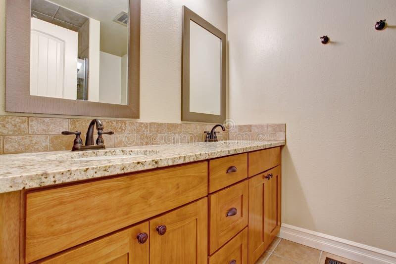 Gabinete de madera de la vanidad del cuarto de ba o con el for Gabinete de almacenamiento de bano de madera