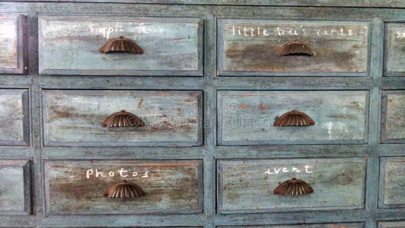 Gabinete de madera del cajón del jardín azul con la muestra de la escritura de la mano foto de archivo