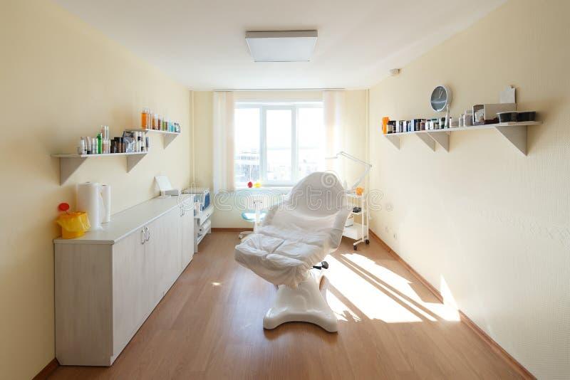 Gabinete del Cosmetologist con la tabla del masaje en sal?n de belleza moderno Interior m?dico del gabinete Pequeño salón de bell fotos de archivo libres de regalías