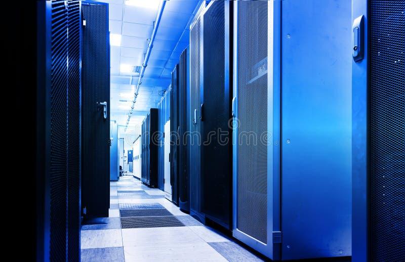 Gabinete del servidor del estante, representación compuesta digital de la falta de definición de movimiento 3d ilustración del vector