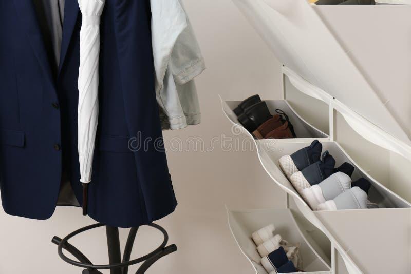 Gabinete del zapato con calzado en sitio imagen de archivo