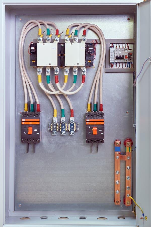 Gabinete eléctrico con los contactores, los disyuntores, las retransmisiones y los terminales fotografía de archivo