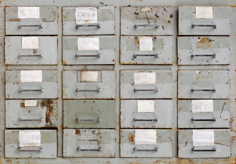 Gabinete gris del metal del vintage con los cajones foto de archivo