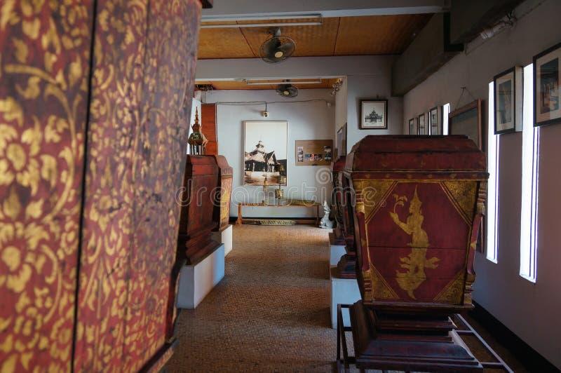 Gabinete septentrional de Tripitaka del estilo en Wat Pong Sanuk Temple en La foto de archivo libre de regalías