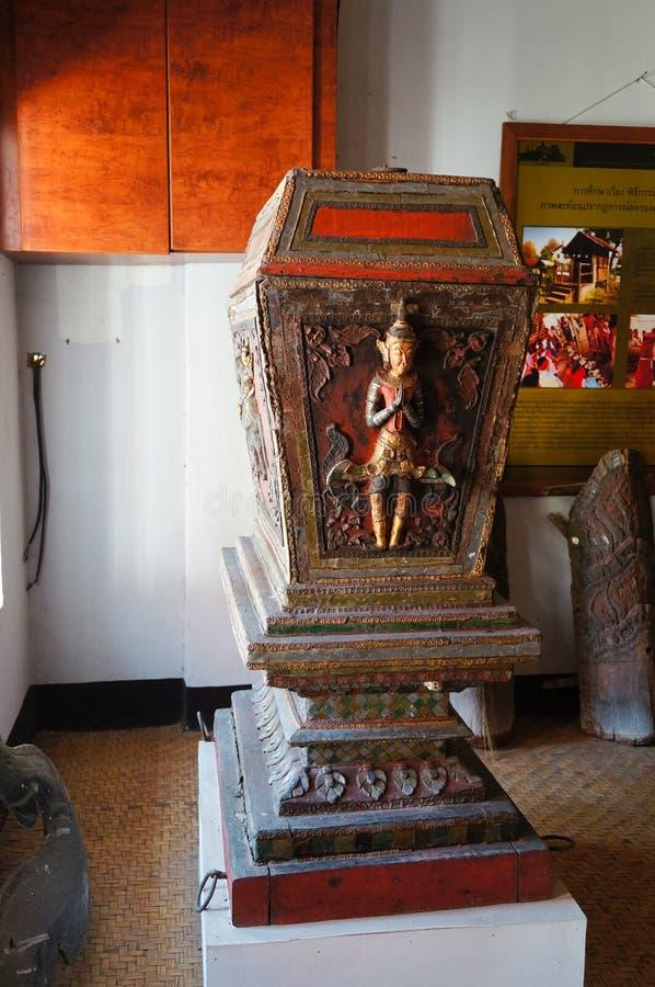 Gabinete septentrional de Tripitaka del estilo en Wat Pong Sanuk Temple en La foto de archivo