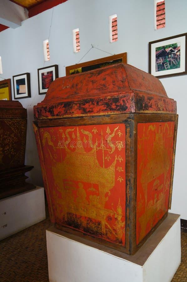 Gabinete septentrional de Tripitaka del estilo en Wat Pong Sanuk Temple en Lampang, Tailandia fotografía de archivo libre de regalías