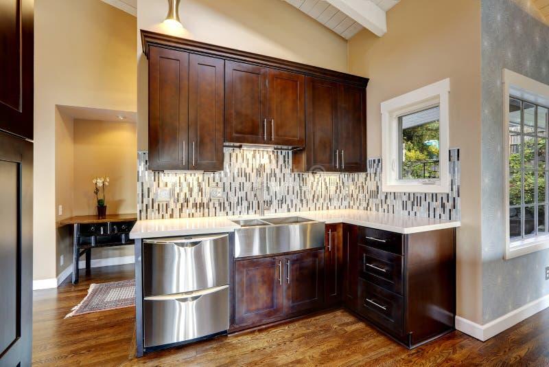 gabinetes de almacenamiento modernos de la cocina foto de