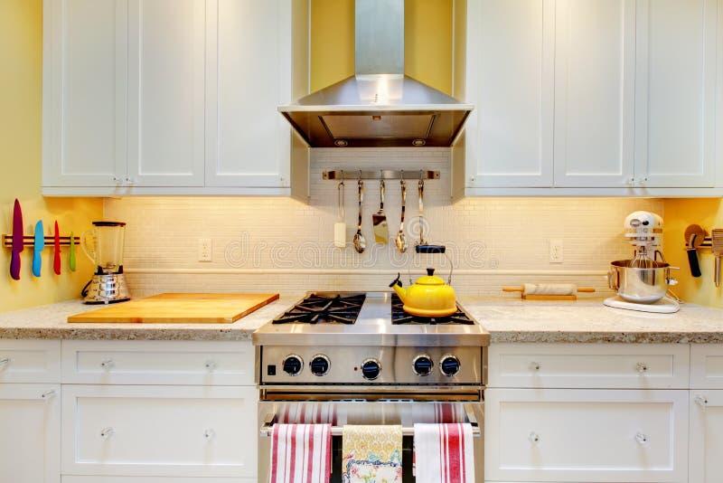 Gabinetes de cozinha brancos com fogão e capa. foto de stock royalty free