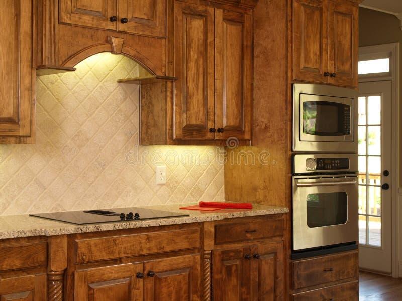 Gabinetes de cozinha luxuosos do bordo da HOME modelo fotografia de stock royalty free