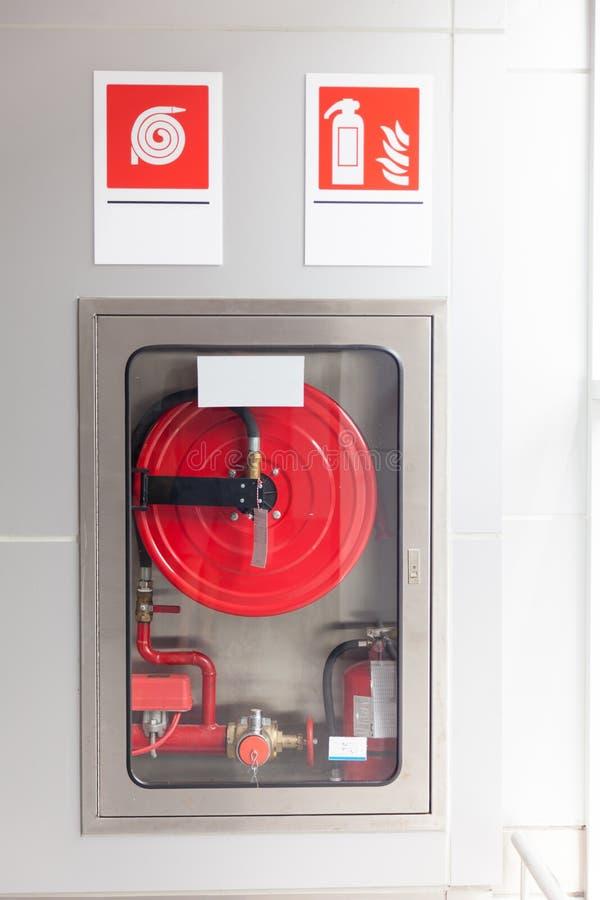 Gabinetes para los extintores imagen de archivo
