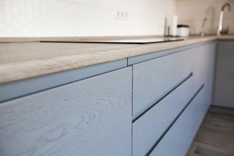 Gabinetti blu e bianchi nell'interno moderno della cucina immagine stock