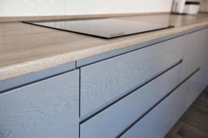 Gabinetti blu e bianchi nell'interno moderno della cucina immagini stock