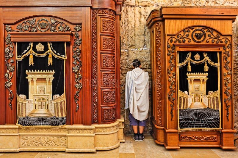Gabinetti di legno con Torah alla parete occidentale. immagini stock libere da diritti