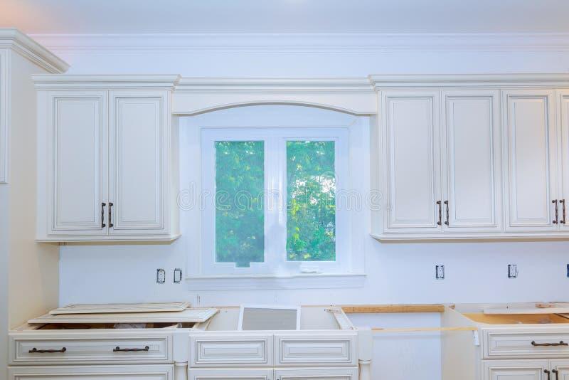 Gabinetti interni dell'installazione moderna della cucina in una nuova casa fotografia stock