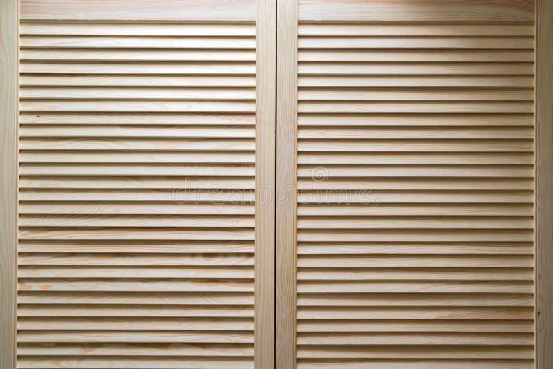 Gabinetto di legno moderno con le strisce nello stile rustico classico Gabinetto del guardaroba con le porte della plancia dell'o immagini stock libere da diritti