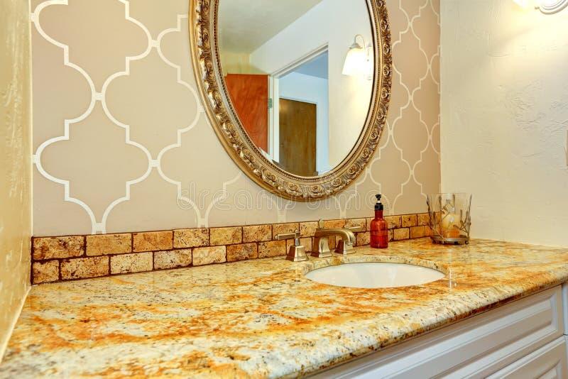 Gabinetto di vanità del bagno con la cima del granito in bagno di lusso immagine stock libera da diritti