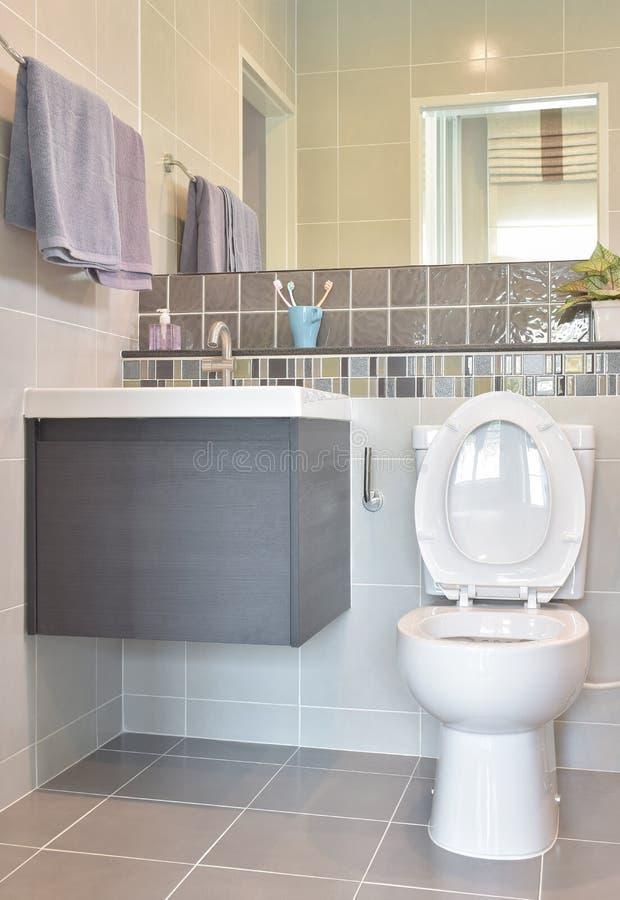 Gabinetto e lavabo con la ferrovia di asciugamano nella toilette moderna di stile fotografie stock libere da diritti