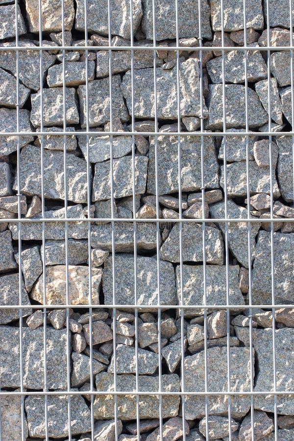 Gabion, ένας τοίχος πετρών με ένα πλέγμα μετάλλων της γκρίζας σύστασης γρανίτη στοκ εικόνες με δικαίωμα ελεύθερης χρήσης