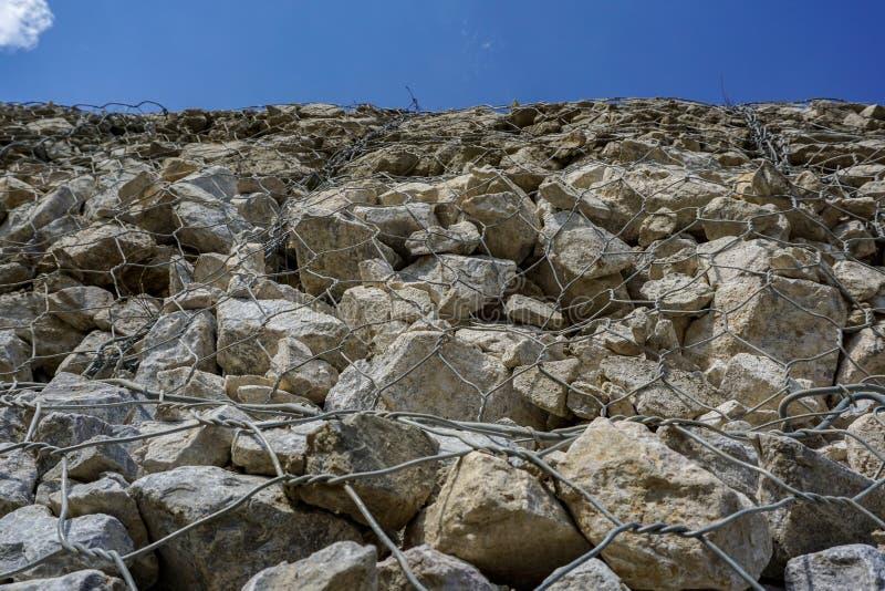 Gabion ou boîte de fil avec l'utilisation remplie de roche d'être mur de soutènement vertical photographie stock libre de droits