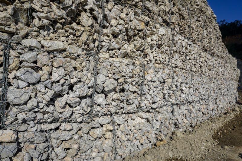 Gabion ou boîte de fil qui a rempli de roches images libres de droits