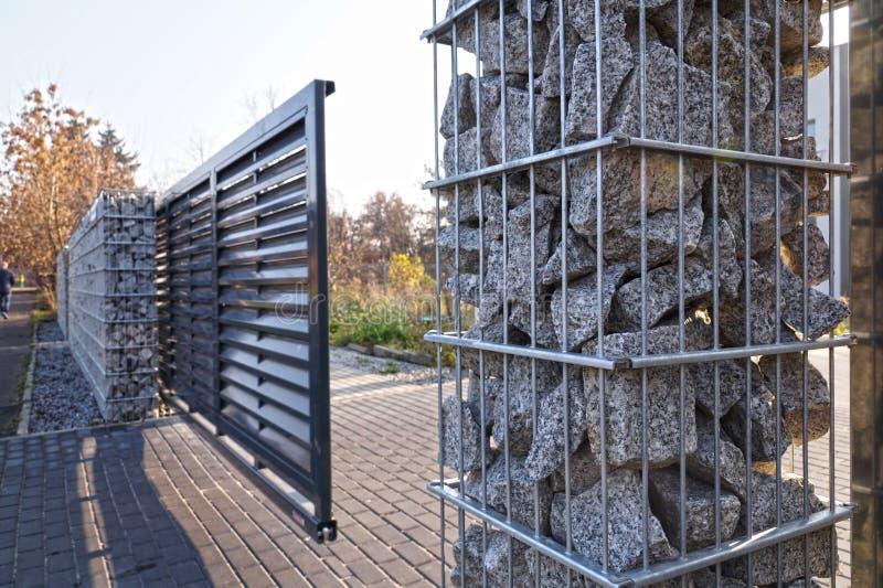 Gabion Porte d'entrée automatique utilisée en combinaison avec un mur en gabion photo libre de droits