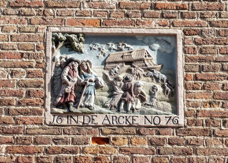 Gable Stone som visar biblisk berättelse av Noahs tillflykt, Amsterdam, Nederländerna royaltyfria foton