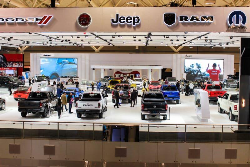 Gablota wystawowa Chrysler wystawia przy auto przedstawieniem obraz royalty free