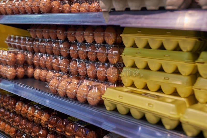Gablota wystawowa kurczaka jajka w sklepie obrazy royalty free