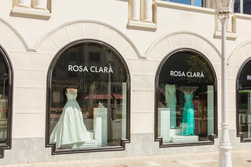 Gablota wystawowa luksusu ubrania przechuje Rosa Clara obraz stock